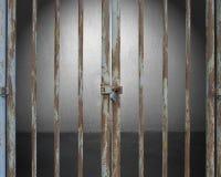 Запертая дверь с освещением и пустой космос в backg бетонной стены Стоковые Фотографии RF