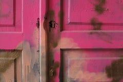 Запертая деревянная старая дверь, пинк, загубленный, слезая цвет стоковые изображения