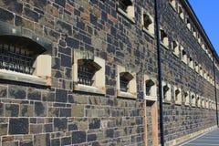 Запертые окна на стене тюрьмы Стоковое Изображение