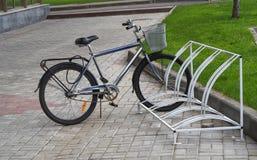 Запертый велосипед на автостоянке велосипеда Стоковая Фотография