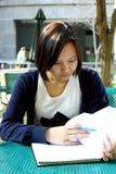записывает китайское чтение девушки которое Стоковое Изображение