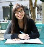 записывает китайское чтение девушки которое Стоковое фото RF
