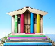 записывает старую принципиальной схемы изолированная образованием Стог книг в форме здания на небе Стоковое Изображение RF
