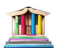 записывает старую принципиальной схемы изолированная образованием Стог книг в форме здания Стоковая Фотография RF