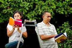 записывает студентов коллежа этнических прочитанных Стоковое фото RF