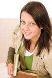 записывает удерживание девушки смотря подросток студента вверх Стоковая Фотография