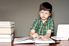 записывает чтение ребенка Стоковые Изображения RF