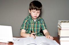 записывает чтение ребенка Стоковое Фото
