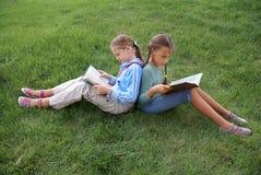 записывает школу чтения preteen девушок Стоковое Изображение RF