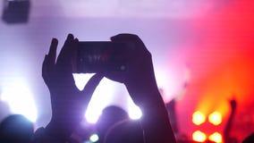 Записывающ и фотографирующ во время концерта и партии с мобильным телефоном Стоковые Изображения