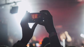 Записывающ и фотографирующ во время концерта и партии с мобильным телефоном Стоковое Фото