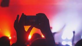 Записывающ и фотографирующ во время концерта и партии с мобильным телефоном Стоковое Изображение RF