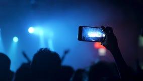 Записывающ на смартфоне событие музыки, который нужно делить с друзья сток-видео