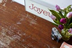 Запись в тюльпанах тетради и украшении камеры Стоковое фото RF
