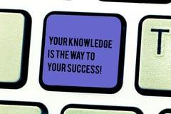 Запись примечания показывая ваше знание путь к вашему успеху Образование фото дела showcasing ключ для прогресса стоковые фото