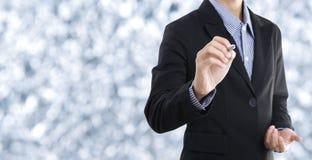 Запись руки бизнесмена пустая на виртуальном экране скопируйте космос Стоковые Фотографии RF