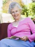 запишите вне женщины старшия чтения Стоковая Фотография RF