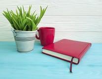 Запишите год сбора винограда чашки кофе дома завода цвета бака внутренний на концепции таблицы деревянной Стоковая Фотография
