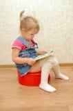запишите девушку немногая открытое potty красное усаживание Стоковые Изображения RF