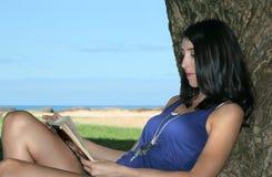 запишите детенышей женщины чтения стоковое фото
