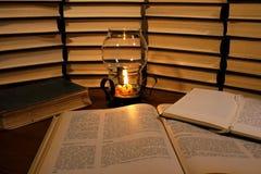 Запишите и миражируйте на таблице на предпосылке старых книг стоковое изображение rf