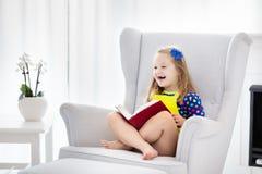 запишите поле глубины ребенка камеры смотря чтение отмелое Дети прочитали книги Стоковое Изображение RF