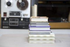 Запишите, стог книг hardback на таблице Взгляд сверху Стоковое Изображение RF
