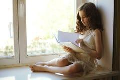 запишите чтение девушки Стоковая Фотография
