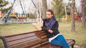 запишите чтение девушки Стоковые Изображения RF