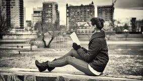 запишите чтение девушки Стоковое фото RF