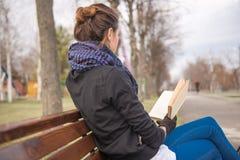 запишите чтение девушки Стоковые Изображения