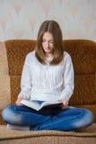 запишите чтение девушки Стоковые Фотографии RF