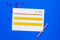 запланирование Укажите дата в календаре pushpin Установите цель Выберите дату Календарь на голубом взгляд сверху предпосылки стоковые изображения rf