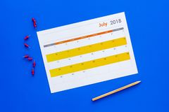 запланирование Укажите дата в календаре pushpin Установите цель Выберите дату Календарь на голубом взгляд сверху предпосылки стоковые фотографии rf