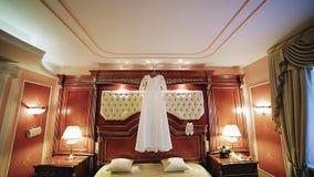 Запланируйте красивое платье свадьбы и интерьеры ботинок красивые Крутой план для широкоформатного объектива видеоматериал