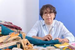 Заплатка зрелой женщины брюнет шить Стоковые Фото