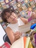 Заплатка зрелой женщины брюнет шить Стоковое Фото