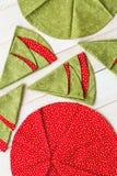 Заплатка и выстегивая концепция - конец-вверх на декоративных красно-и-зеленых салфетках на побеленном деревянном поле, праздничн Стоковые Изображения RF