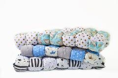 Заплатка и концепция моды - красивый стог красочных лоскутных одеял, покрывал штабелированных в нескольких строк в высоте для хра Стоковые Изображения RF