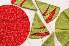 Заплатка и шить концепция - макрос декоративных красно-и-зеленых салфеток на побеленном деревянном поле, праздничный Стоковые Фото