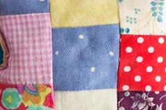 Заплатка, шьющ, концепция портняжничать и моды - макрос на красивом выстеганном валике, милой подушке от различных щитков Стоковые Изображения RF