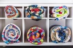 Заплатка, шьющ, концепция портняжничать и моды - яркие законченные лоскутные одеяла в студии или в магазине, белых полках Стоковые Изображения RF