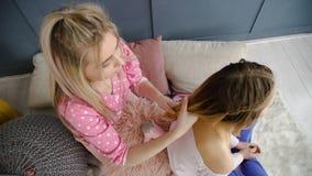 Заплетение волос девушек bff отдыха приятельства стоковая фотография rf