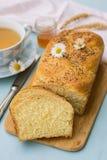 Заплетенный challah бриоши белого хлеба с маковыми семененами Стоковые Изображения