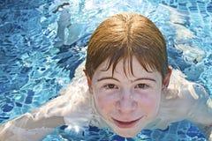 заплывание бассеина волос мальчика красное стоковое фото rf