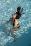 заплывание бассеина девушки Стоковые Изображения