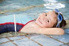 заплывание бассеина девушки Стоковая Фотография