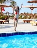 заплывание бассеина изумлённых взглядов девушки бикини красное Стоковые Фото
