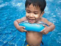 заплывание бассеина мальчика счастливое Стоковое Изображение RF