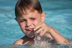 заплывание бассеина мальчика сь Стоковое фото RF